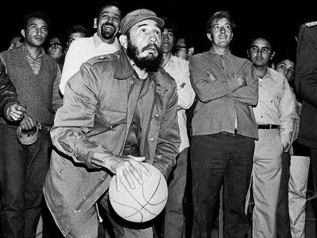 Fidel Castro mostra dotes no basquetebol