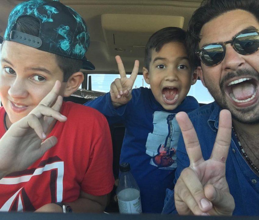 Gerardo com os dois filhos mais velhos