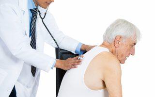 idoso-pneumonia-constipacao-medico-pulmoes