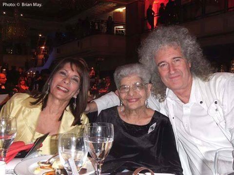 Brian May com a mãe e a irmã do colega