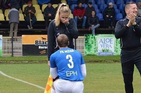 jogador-de-futebol-eslovaquia-pede-casamento-fiscal-de-linha