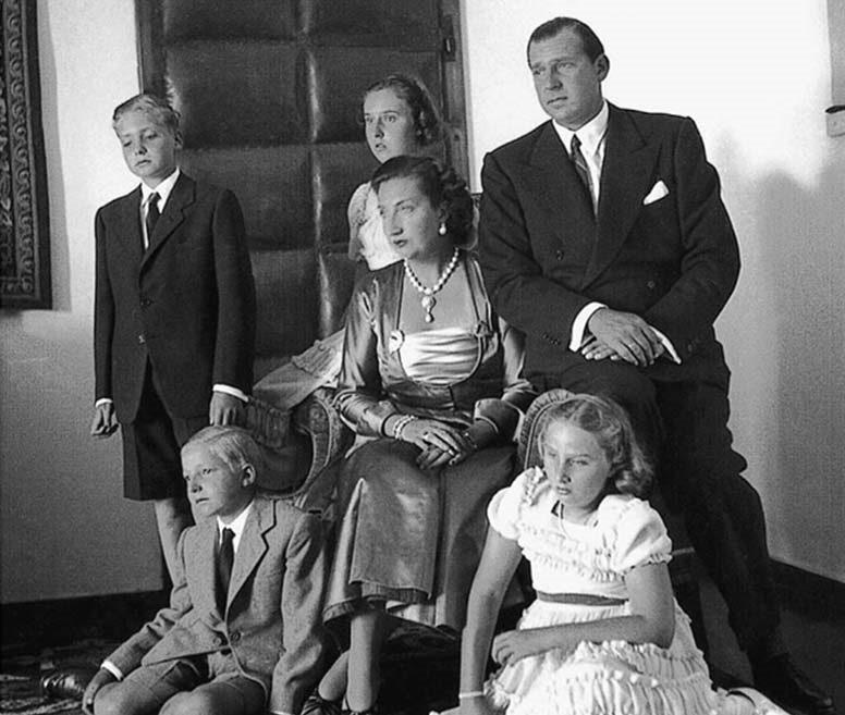 O futuro rei de Espanha com os pais e irmãos na Villa Giralda