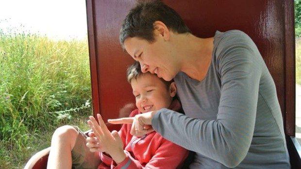 Louisa e o seu filho Frank passaram por tratamento inovador de autismo