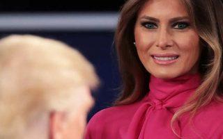 No segundo debate levou uma blusa rosa com laço da Gucci