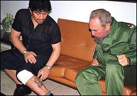 Maradona mostra a sua tatuagem a Fidel Castro
