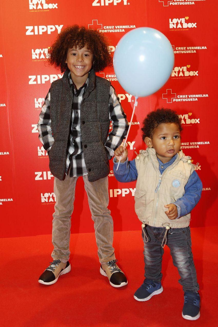 Isaac Carvalho com o irmão