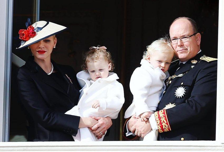 princesa-charlene-e-principe-alberto-do-monaco-com-filhos-jacques-e-gabriella-capa
