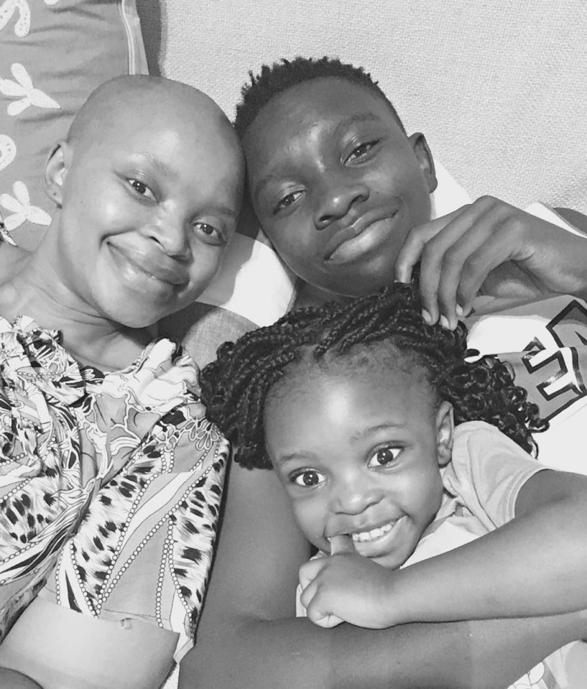 Zoleka com os filhos, Zwelami, de 14 anos, e Zanyiwe, de 3