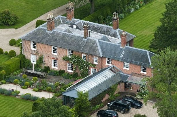 carole-and-michael-middleton-4-7-million-pound-home-in-bucklebury-berkshire1