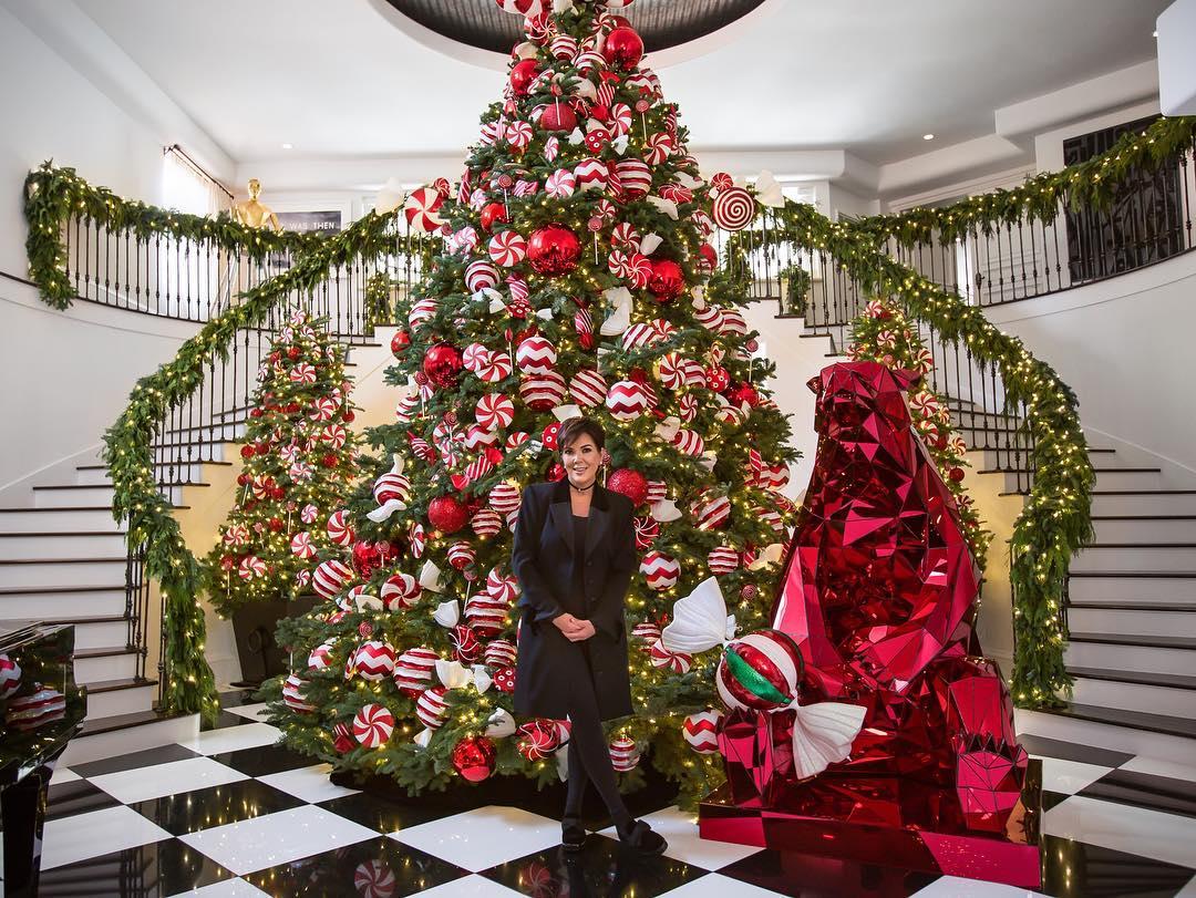 Kim Kardashian aparece sem aliança de casamento e aumenta rumores de separação