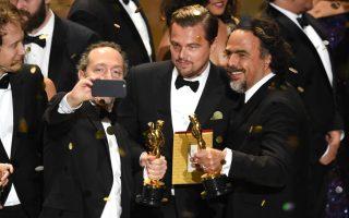 Emmanuel Lubezki, Leonardo DiCaprio e Alejandro Gonzalez Iñarritu após a vitória nos Óscares com o filme 'O Renascido'