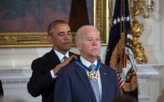 Barack Obama a condecorar Joe Biden
