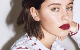 Iris Law Burberry capa