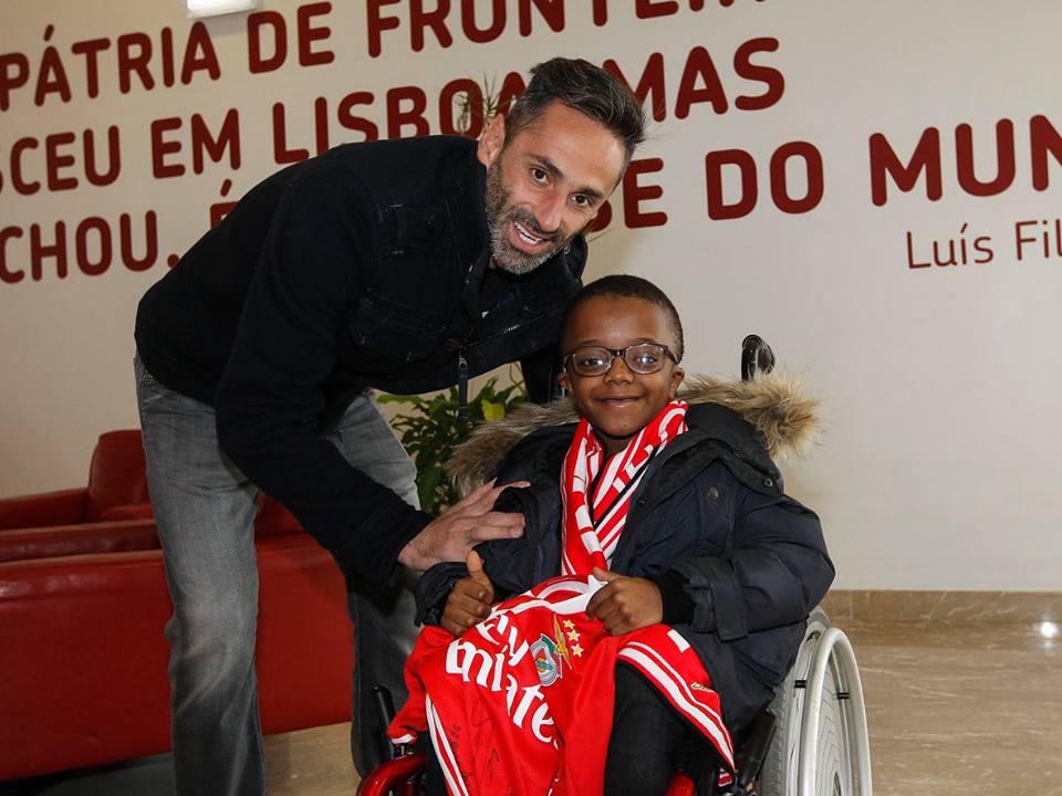 6d36aac461 Plantel do Benfica realiza sonho de criança com doença rara ...