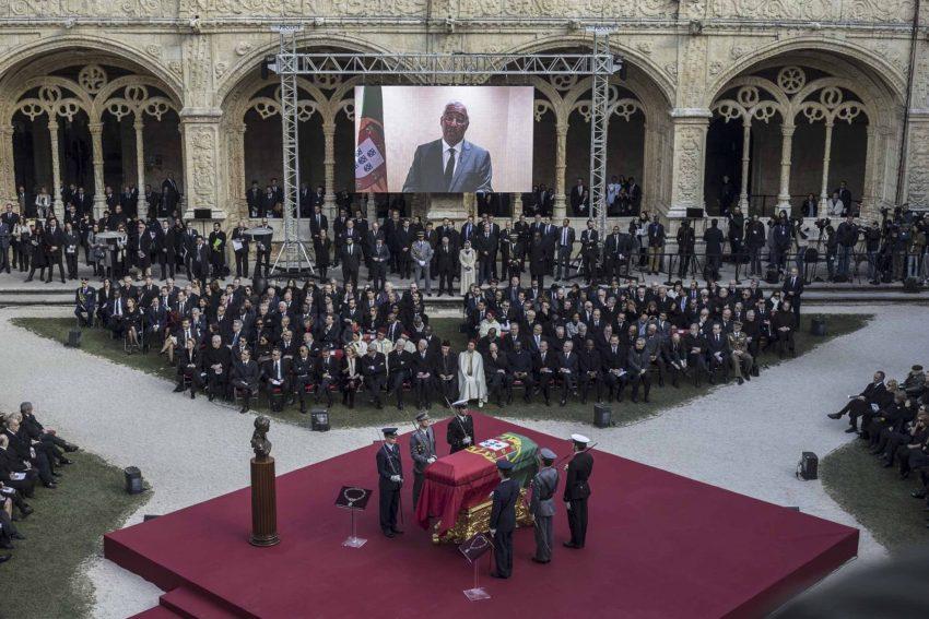 Primeiro Ministo fala em ecrã durante a cerimónia.