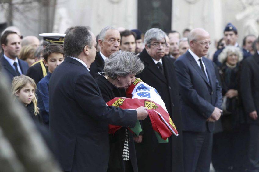 A filha do antigo presidente beija bandeira portuguesa.