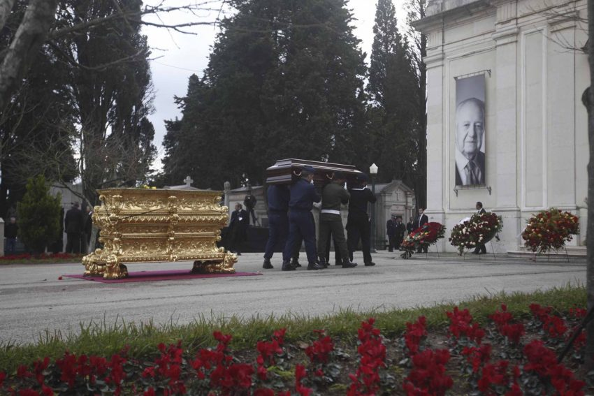 Militares da GNR carregam urna / caixão com bandeira portuguesa de Mário Soares.