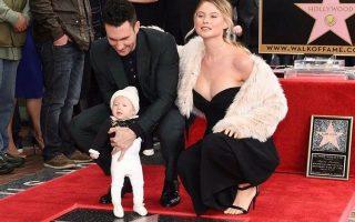 Adam Levine, Behati Prinsloo e filha estrela Passeio da Fama capa
