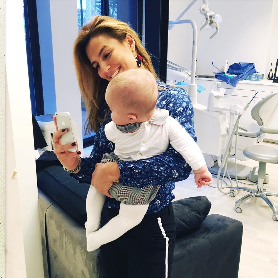 Ana Rita Clara e o filho Caetano no consultório dentista do pai