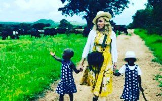 Madonna e dois filhos que adotou no Malawi