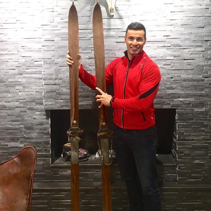 Pita Taufatofua, porta-estandarte do Tonga nos Jogos olímpicos, com esquis