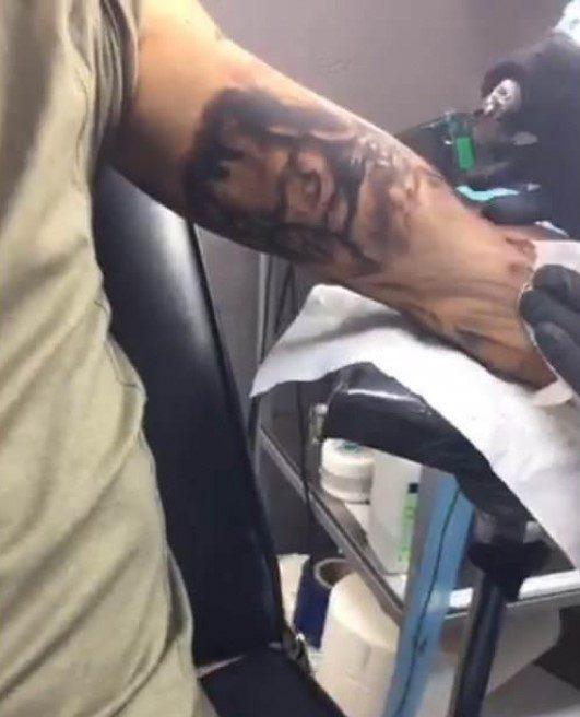 Ecografia do filho de Fanny tatuada no braço do pai