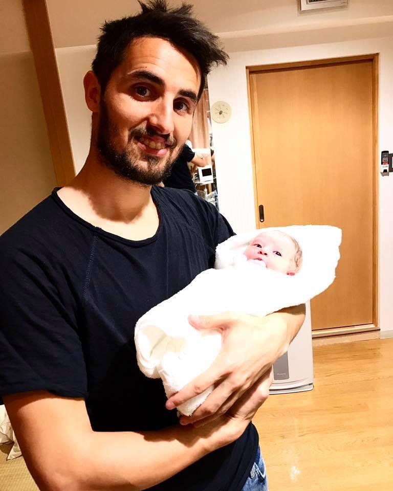 Hugo Vieira com a filha recém-nascida