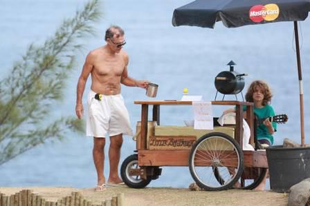 Mário Gomes, ator brasileiro que vende sandes na praia