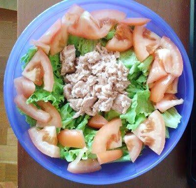 Salada de alface com atum natural e tomate