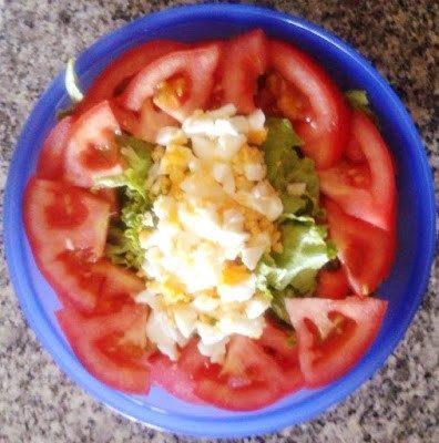 Salada de alface com tomate e pedaços de ovo cozido