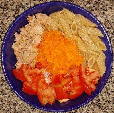 Penne integral com atum natural, cenoura e tomate
