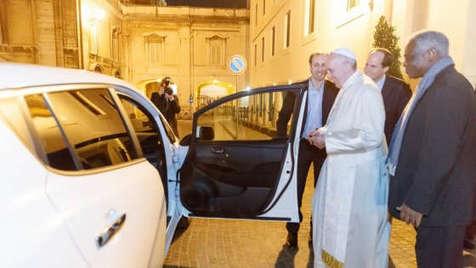 Papa Francisco carro elétrico Nissan Leaf