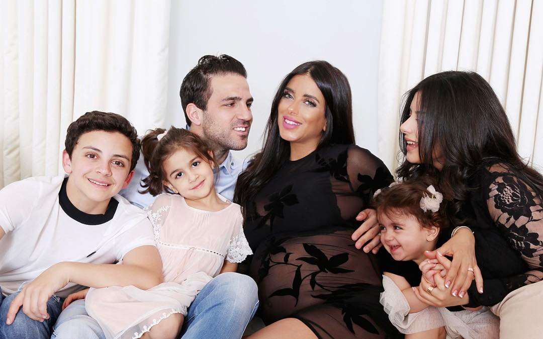 Cesc Fàbregas e Daniella Seeman e família antes do nascimento do quinto bebé