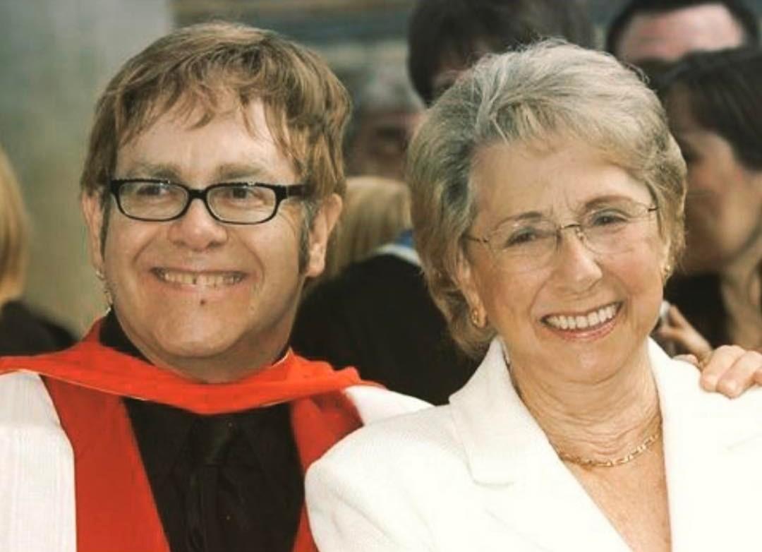Elton John lamenta morte de sua mãe