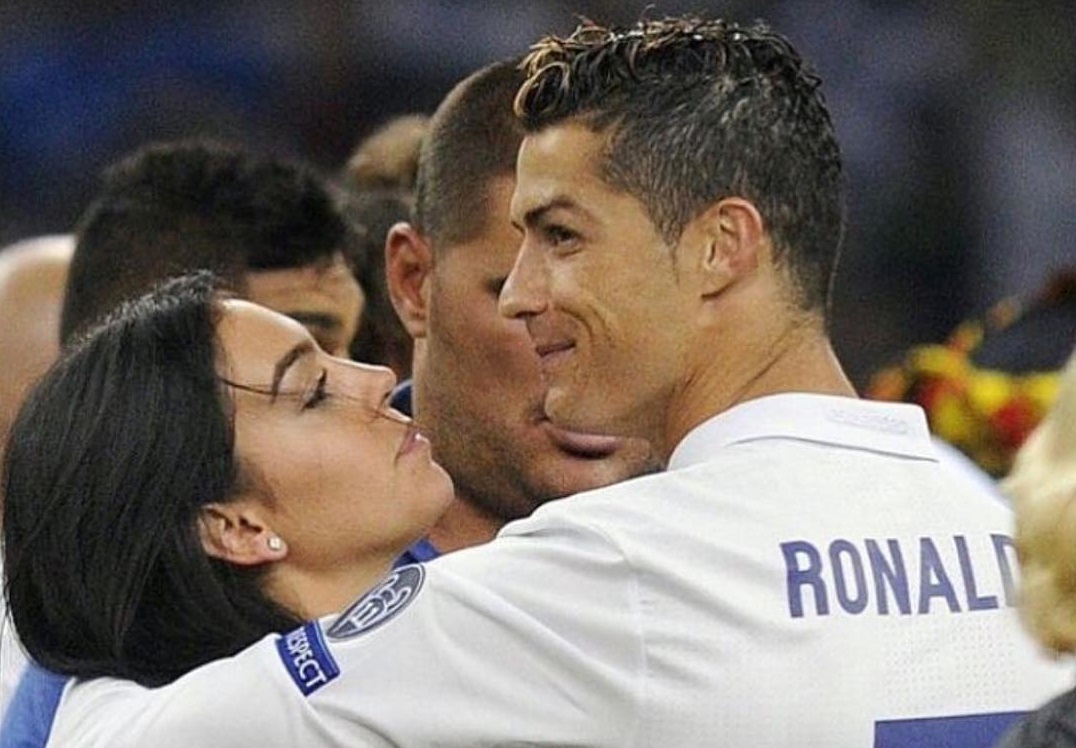 Pela primeira vez, namorada de Ronaldo posa grávida para revista