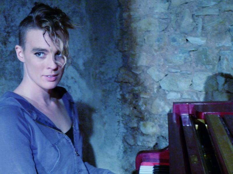 Cantora francesa Barbara Weldens morre em palco