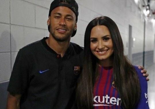 Após Neymar elogiar clipe, Demi Lovato vai a jogo do Barcelona