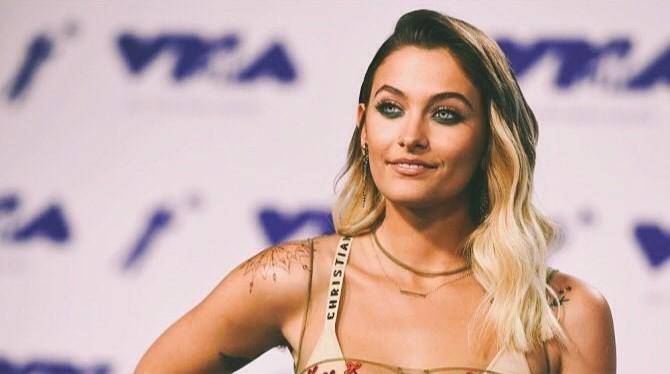 VMA 2017: Paris Jackson beija cantora e exibe lingerie