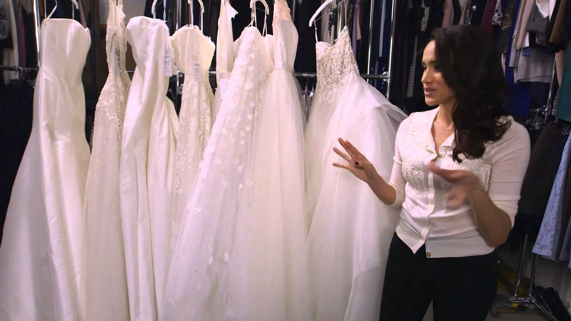 56af56371 Meghan Markle já pensa no vestido de noiva e Harry tem designer em mente