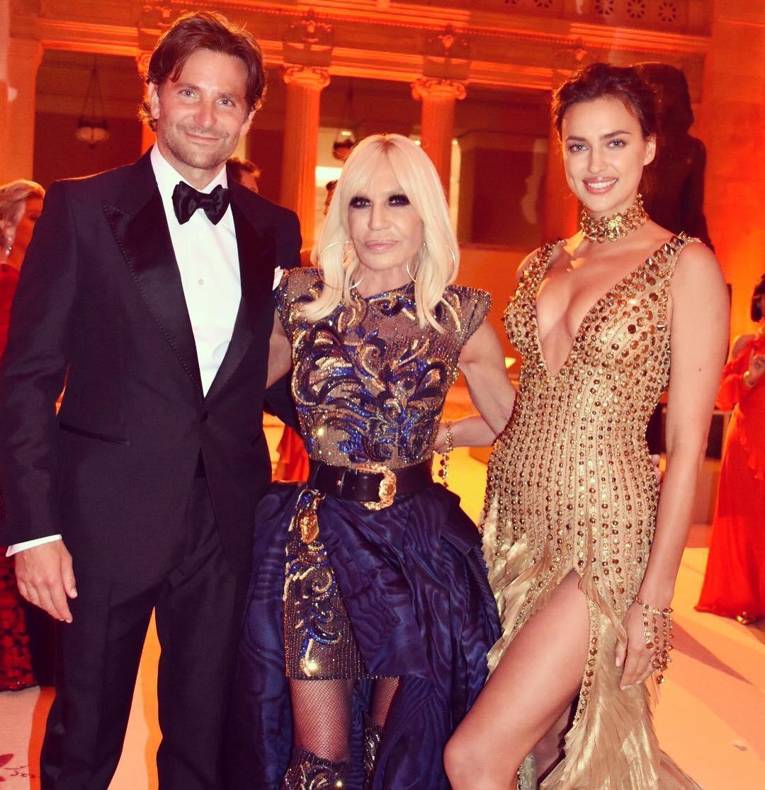 Irina Shayk e Bradley Cooper fazem aparição pública rara